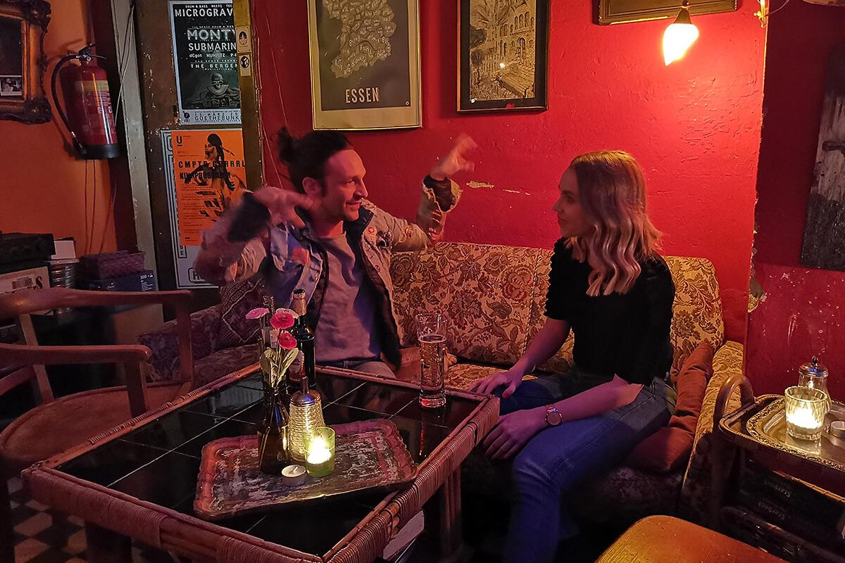 Das Foto zeigt Sandra mit Patty, dem Besitzer der Goldbar in Essen