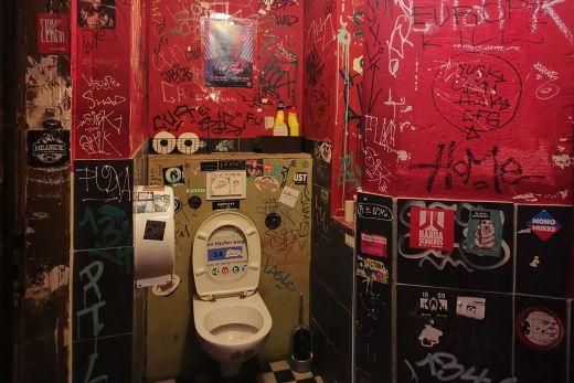 Das Foto zeigt die Toilette der Goldbar in Essen