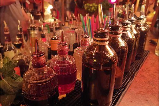 Das Foto zeigt Flaschen im Daktari in Essen