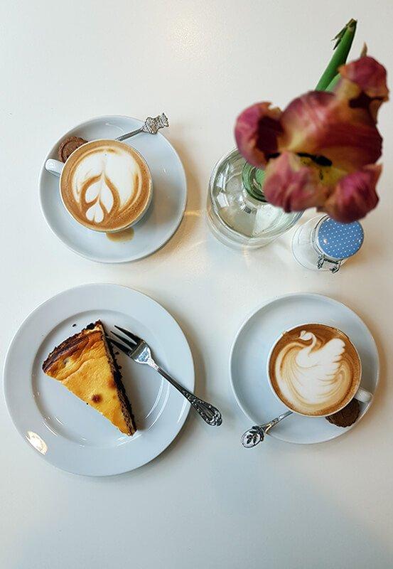 Das Foto zeigt Kaffee und Kuchen des Baristoteles im Schlosspark Weitmar