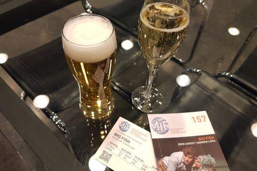 Das Foto zeigt Eintrittskarten und Getränke im Musiktheater im Revier in Gelsenkirchen