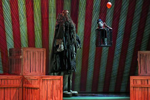 """Das Foto zeigt einen sprechenden Riesen und einen kleinwüchsigen Zirkusdirektor im Musical """"Big Fish"""" im Musiktheater im Revier"""