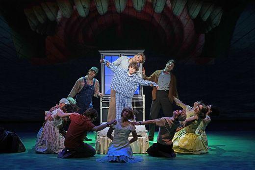"""Das Foto zeigt Darsteller des Musicals """"Big Fish"""" im Musiktheater im Revier"""
