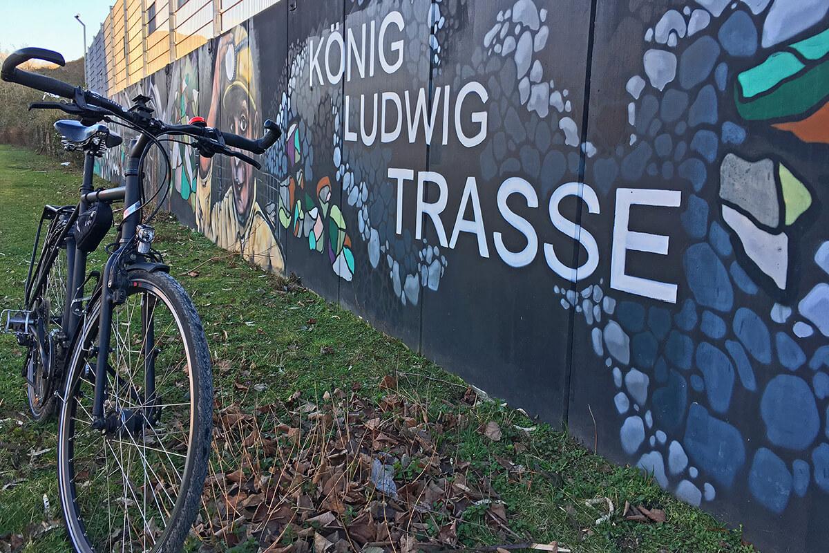 Das Foto zeigt ein Fahrrad auf der König-Ludwig-Trasse, einer Bahntrasse im Ruhrgebiet