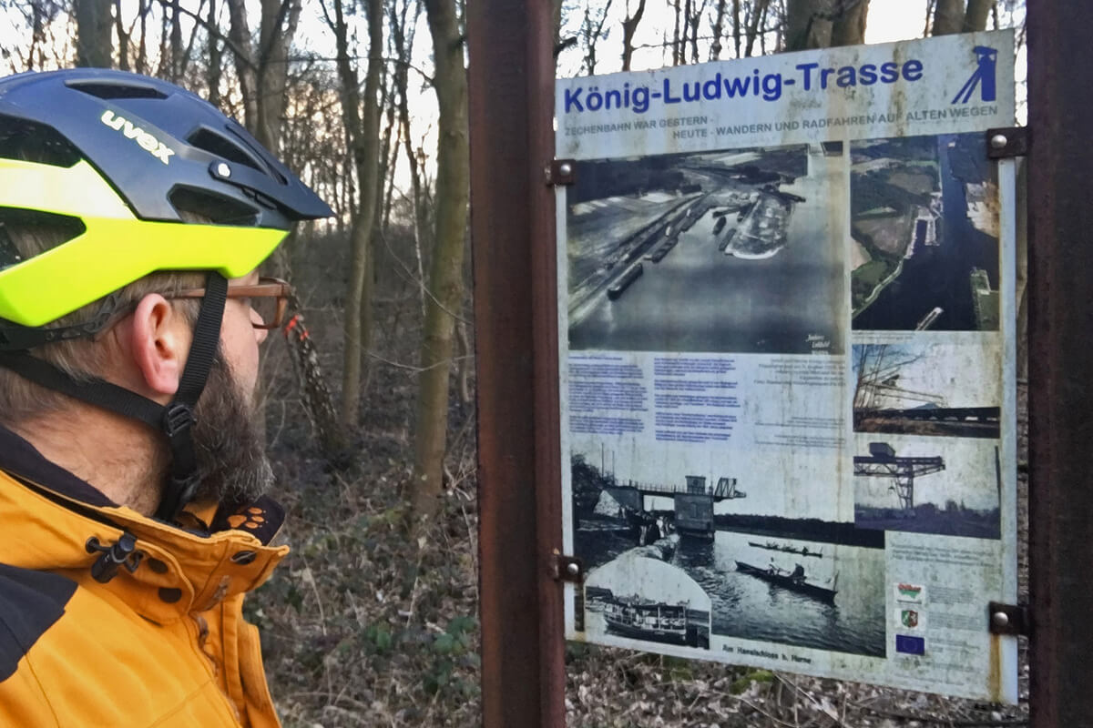 Das Foto zeigt eine Hinweistafel am Start der König-Ludwig-Trasse