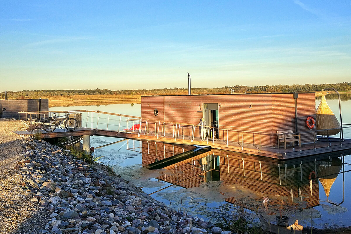 Das Foto zeigt einer der Hausboote am Niederrhein