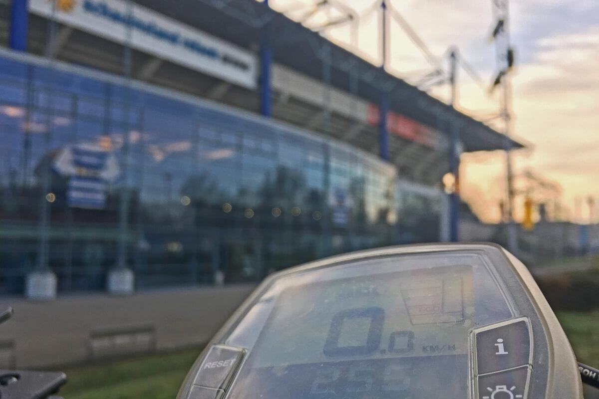 Das Foto zeigt ein Fahrrad vor der Schauinsland Arena in Duisburg