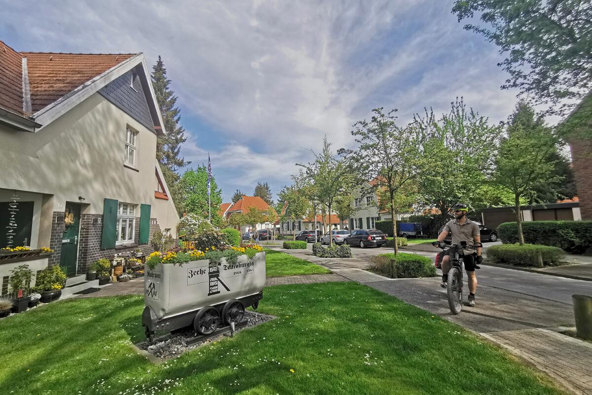 Das Foto zeigt einen Radfahrer in der Zechensiedlung Teutoburgia