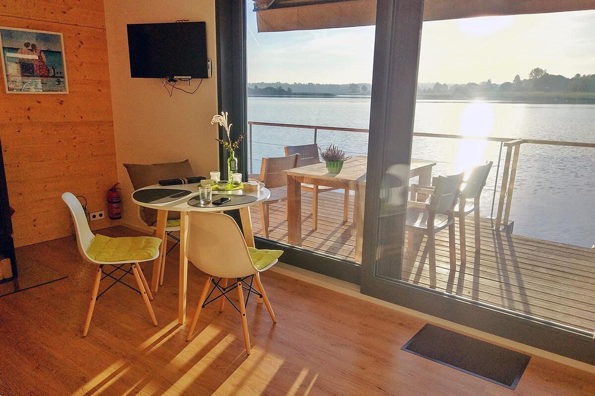 Das Foto zeigt den gemütlichen Wohnraum des Hausbootes am Niederrhein
