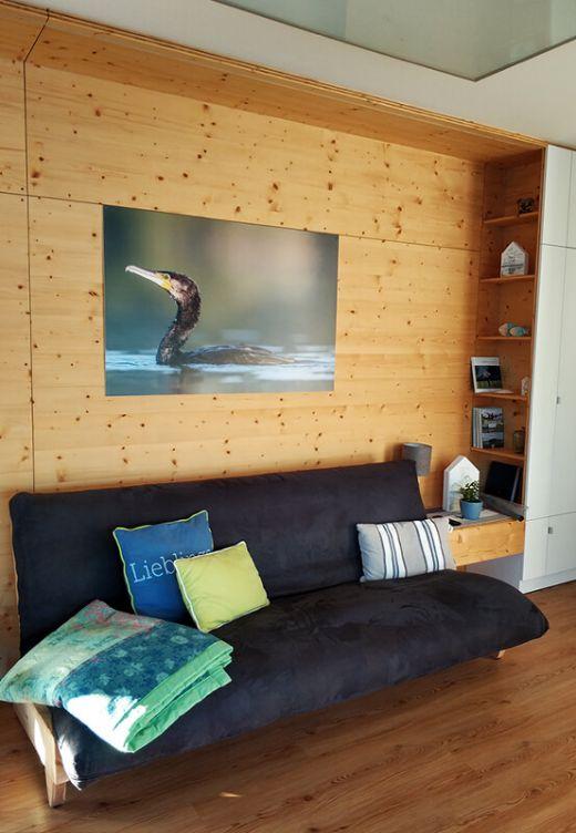 Das Foto zeigt die Einrichtung des Wohnraums auf dem Hausboot am Niederrhein