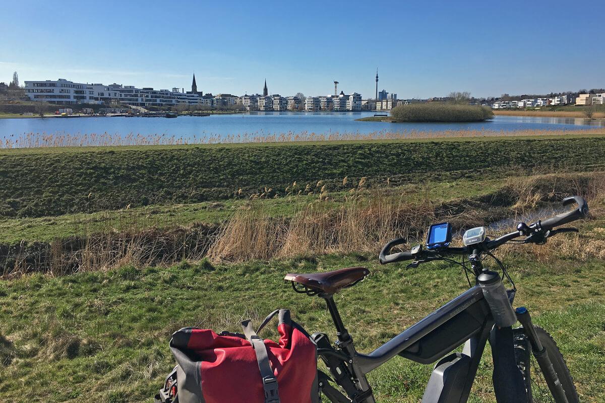 Das Foto zeigt ein Fahrrad vorm Phoenix See in Dortmund