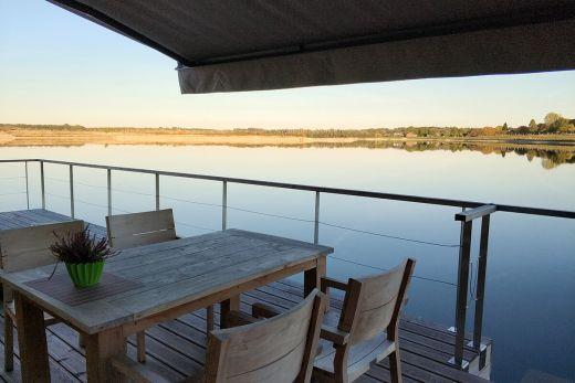 Das Foto zeigt die Terrasse des Hausbootes mit Blick auf den Diersfordter Waldsee