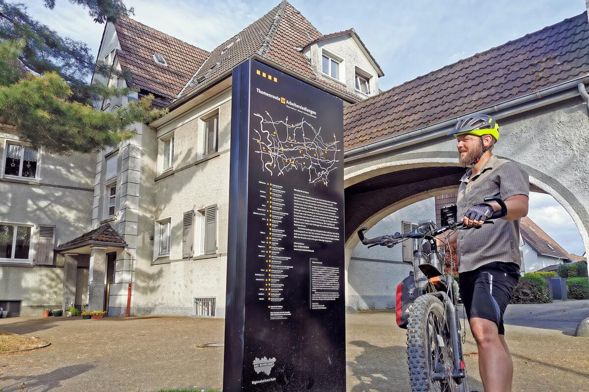 Das Foto zeigt einen Radfahrer in der Siedlung Dahlhauser Heide in Bochum