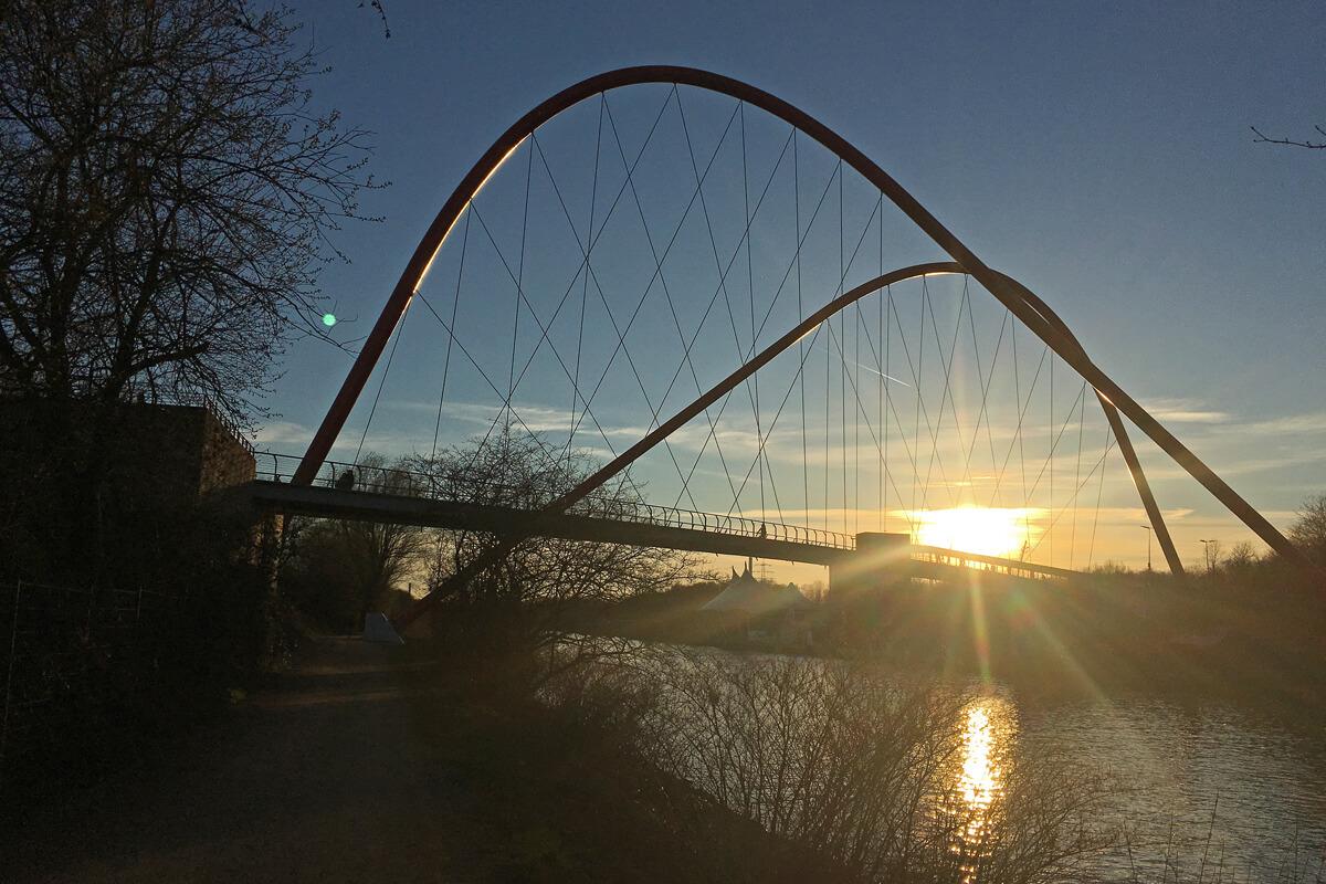 Dassss Foto zeigt eine Brücke in der Abendstimmung am Rhein-Herne-Kanal
