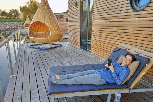 Das Foto zeigt die 60 m² große Terrasse des Hausbootes am Niederrhein