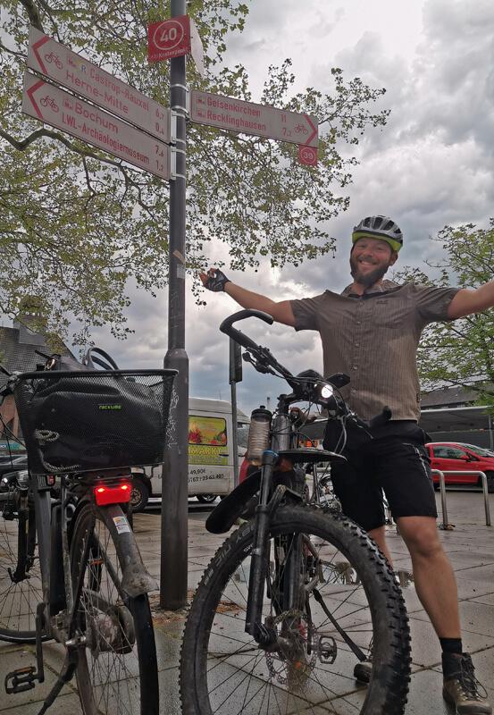 Das Foto zeigt einen Radfahrer am Bahnhof in Herne