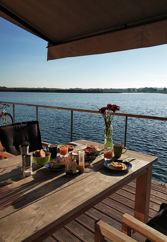 Das Foto zeigt Frühstück mit Blick Seeblick auf dem Hausboot am Niederrhein