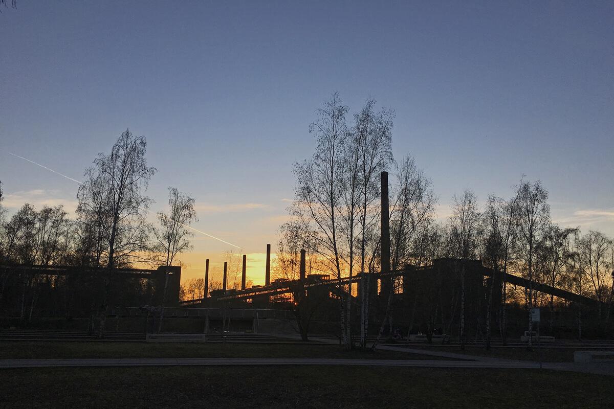 Das Foto zeigt die Kokerei Zollverein im Sonnenuntergang