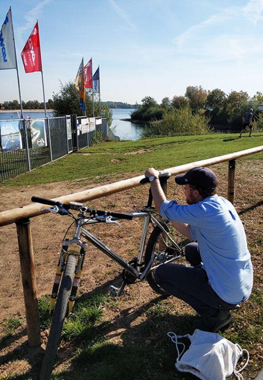 Das Foto zeigt Arbeiten am Fahrradsattel