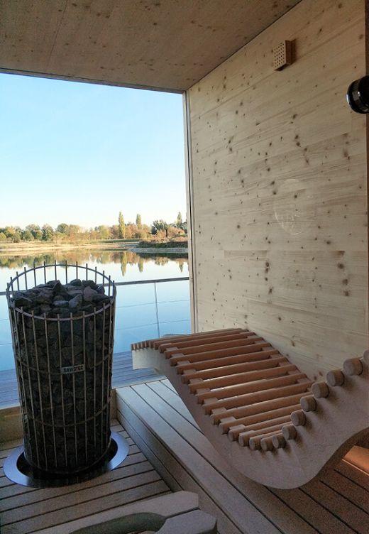Das Foto zeigt die Sauna auf dem Hausboot mit Blick auf den See