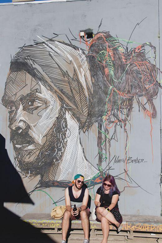 Das Bild zeigt ein Paar vor einer großen Wandgrafik.