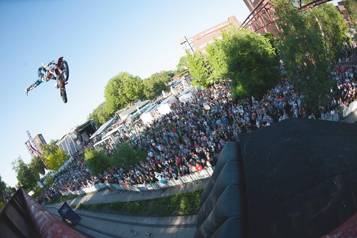Das Bild zeigt einen Motorcrossfahrer in der Luft