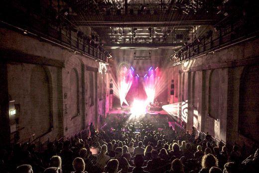 Das Foto zeigt ein Konzert in einer historischen Halle.