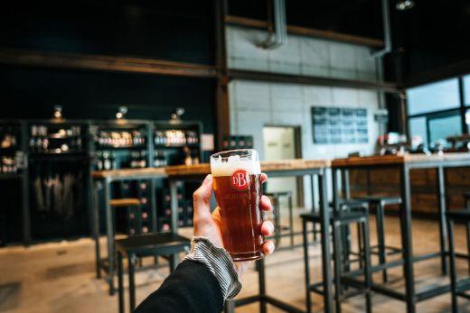 Das Foto zeigt ein Bier in der Stehbierhalle der Bergmann Brauerei in Dortmund