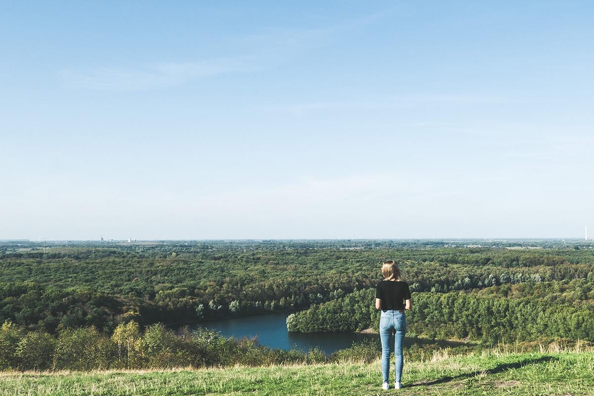Das Foto zeigt den Ausblick von der Halde Rheinpreußen in Moers aufs Ruhrgebiet