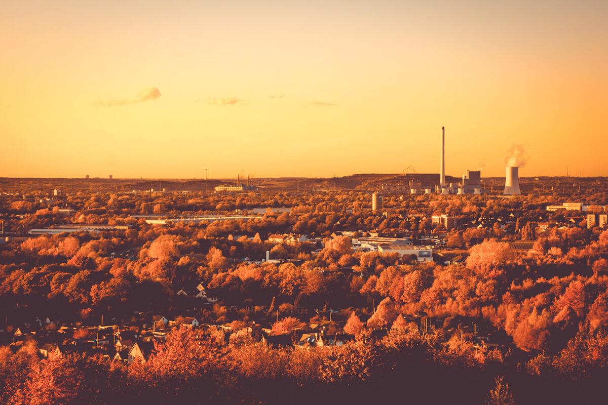 Das Foto zeigt die Aussicht vom Tetraeder Bottrop aufs Ruhrgebiet