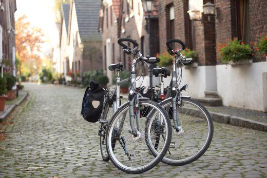 Das Foto zeigt zwei Räder im malerischen Dorf Krudenburg, durch das die Spargel-Radtour führt