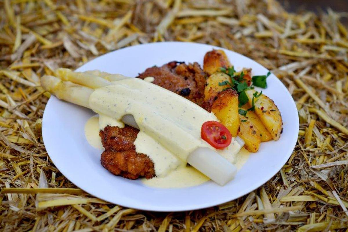 Das Foto zeigt ein Spargelgericht auf dem Spargel-Gourmet-Festival