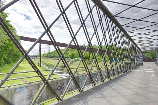 Das Foto zeigt die Kastenbrücke im Nordsternpark Gelsenkirchen, der ein Tipp für einen Kurzurlaub mit Hund im Ruhrgebiet ist