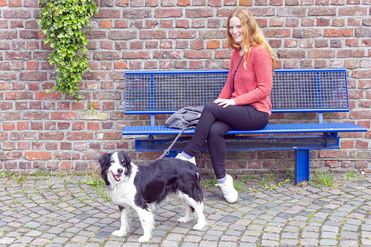 Das Foto zeigt Bloggerin Rebecca mit Hund Fino am Haus Ripshorst in Oberhausen, das sich bestens als Zwischenstopp bei einem Kurzurlaub mit Hund im Ruhrgebiet eignet