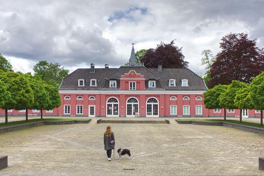 Das Foto zeigt Bloggerin Rebecca mit Hund Fino vor der LUDWIGGALERIE Schloss Oberhausen im Kaisergarten Oberhausen