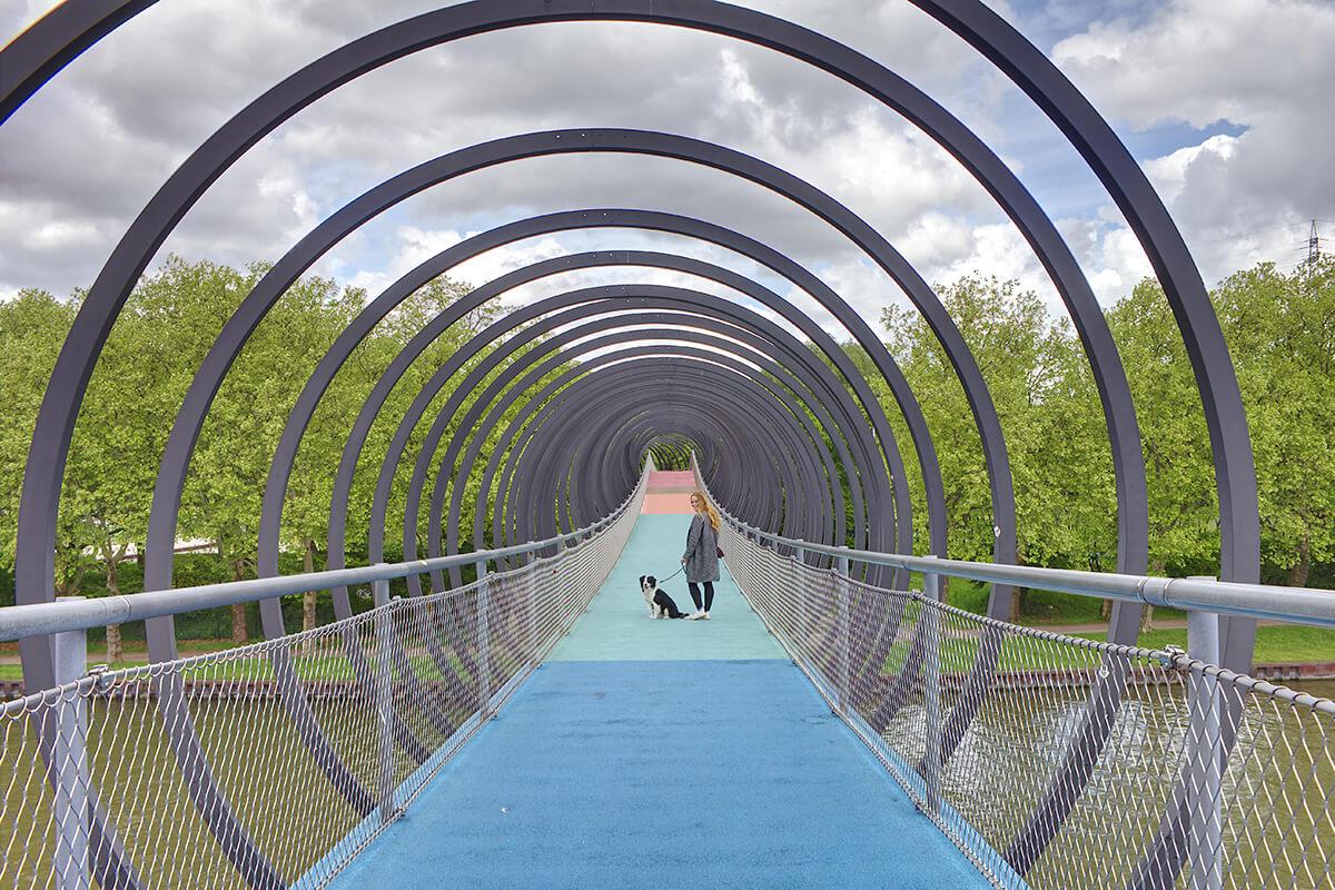 Das Foto zeigt Bloggerin Rebecca mit Hund Fino auf der Brücke Slinky Springs to Fame im Kaisergarten Oberhausen
