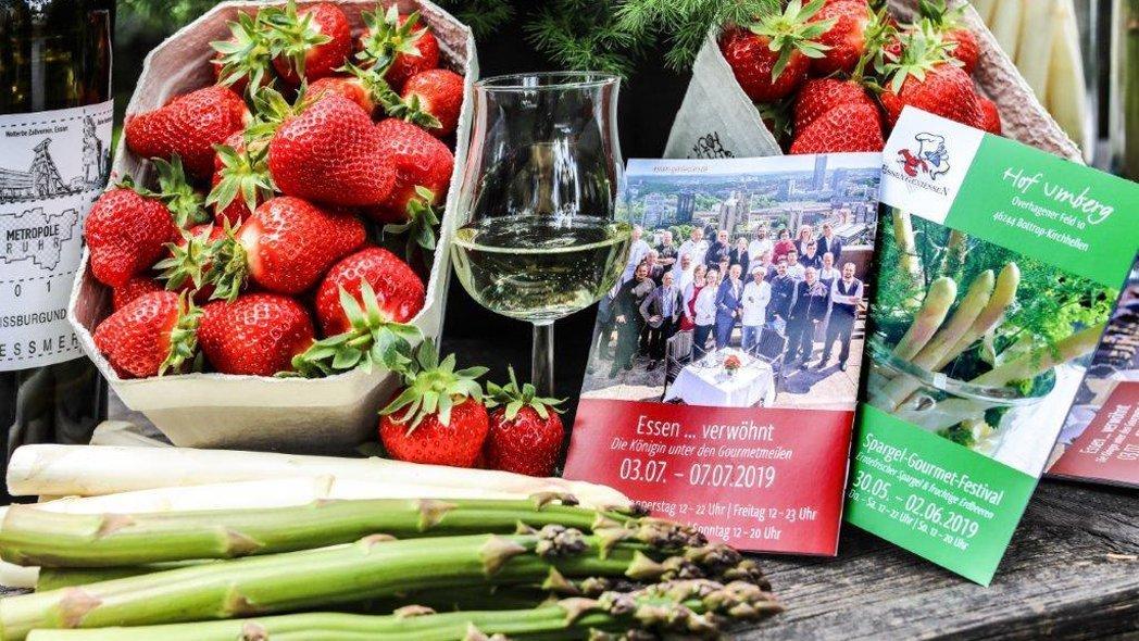 Das Foto zeigt Spargel, Erdbeeren und Programmhefte des Spargel-Gourmet-Festivals in Bottrop-Kirchhellen