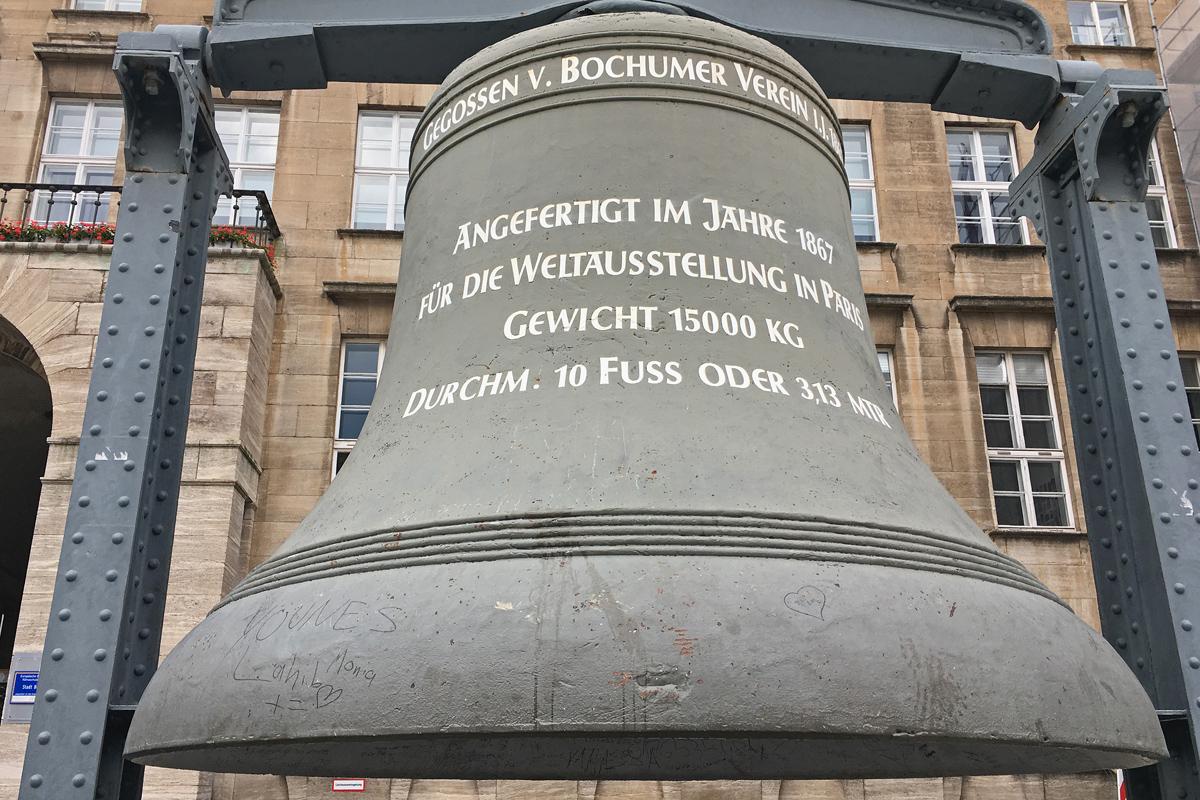 Das Bild zeigt die Glocke vor dem Bochumer Rathaus