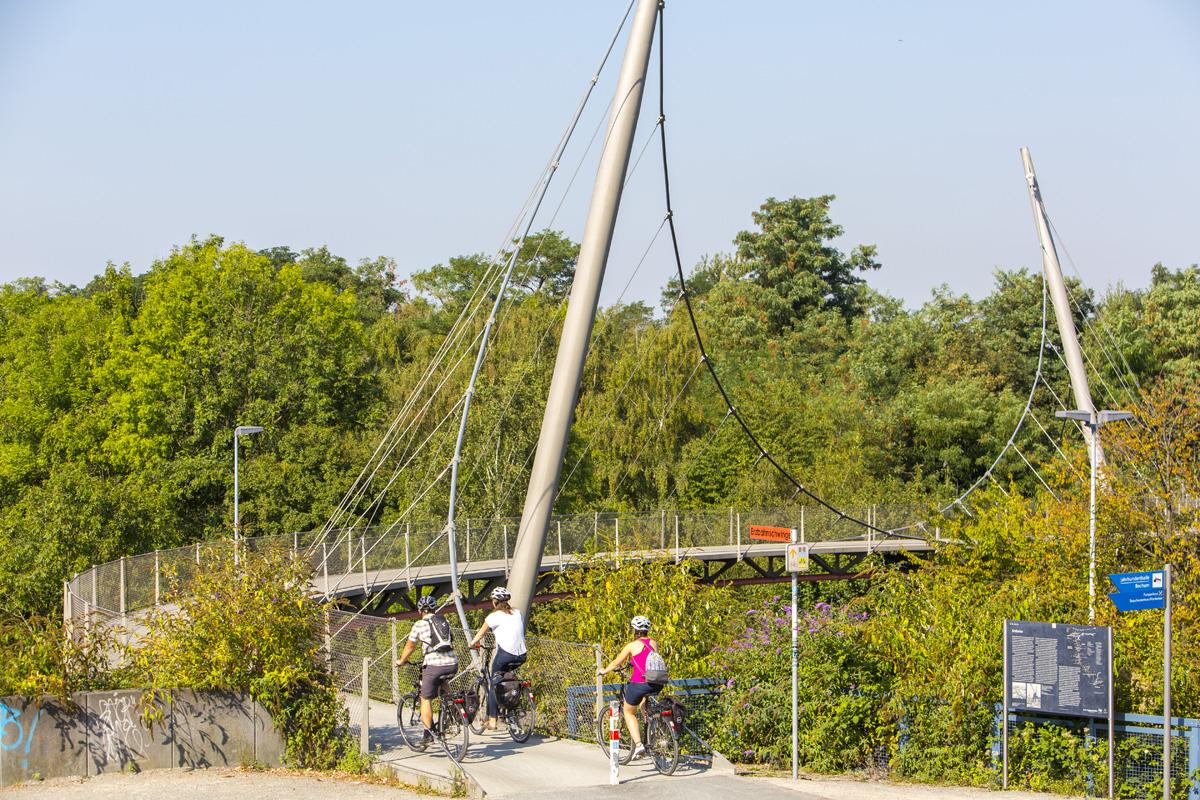 Das Bild zeigt die Erzbahnschwinger der Erzbahntrasse am Westpark in Bochum