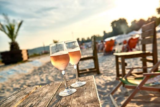Das Foto zeigt zwei Gläser Wein am Seaside Beach Baldeney, einem der vielen Beach Clubs im Ruhrgebiet