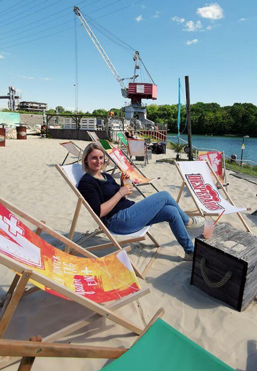 Das Foto zeigt Blogautorin Katalina in einem Liegestuhl im Stadthafen Recklinghausen, einem der vielen Beach Clubs im Ruhrgebiet