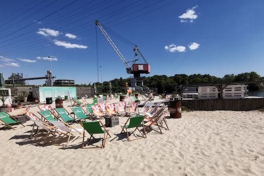 Das Foto zeigt Liegestühl am Strand des Stadthafen Recklinghausen, einem der vielen Beach Clubs im Ruhrgebiet