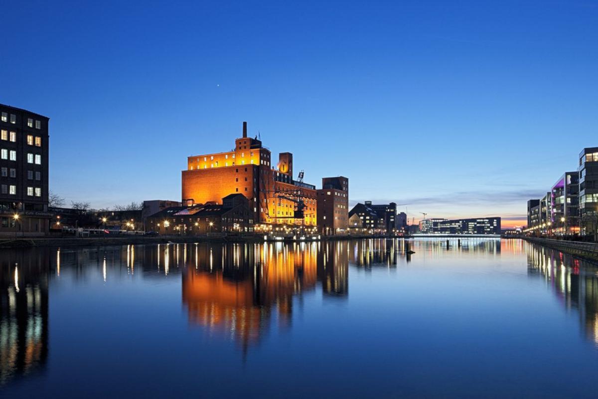 Das Bild zeigt den Innenhafen Duisburg in der Abenddämmerung