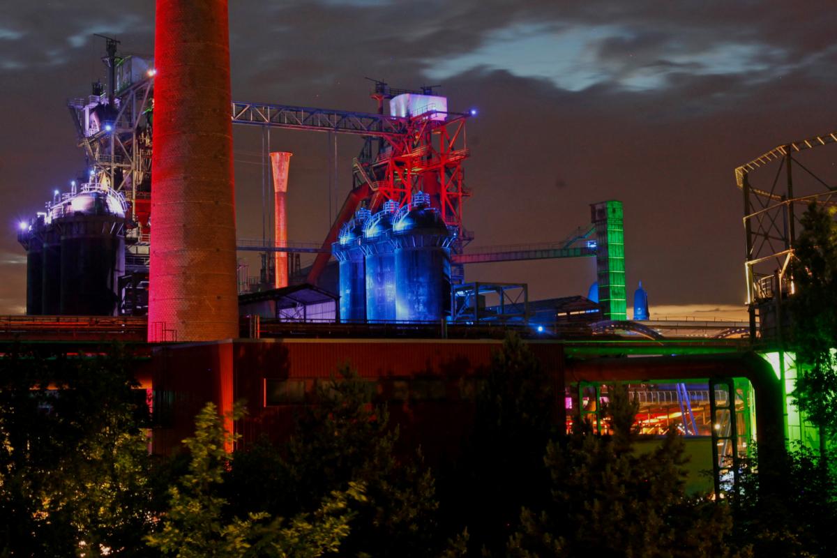 Das Bild zeigt den beleuchteten Landschaftspark Duisburg-Nord