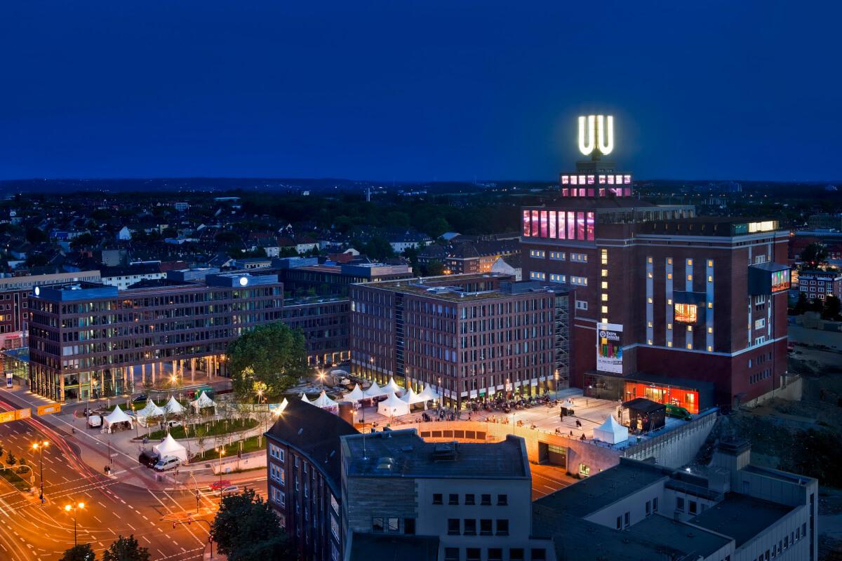 Das Bild zeigt das Dortmunder U in der Dunkelheit