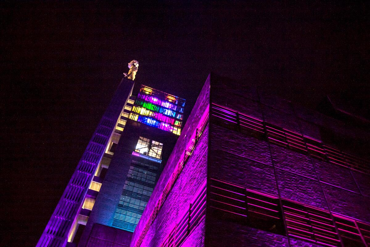 Das Bild zeigt den beleuchteten Nordsternturm Gelsenkirchen