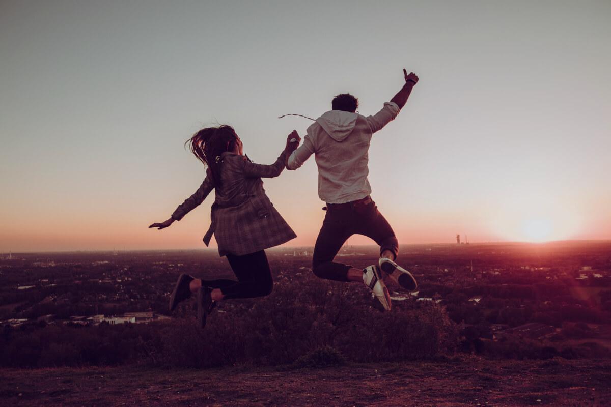 Das Bild zeigt zwei Personen bei Sonnenuntergang auf der Halde Haniel
