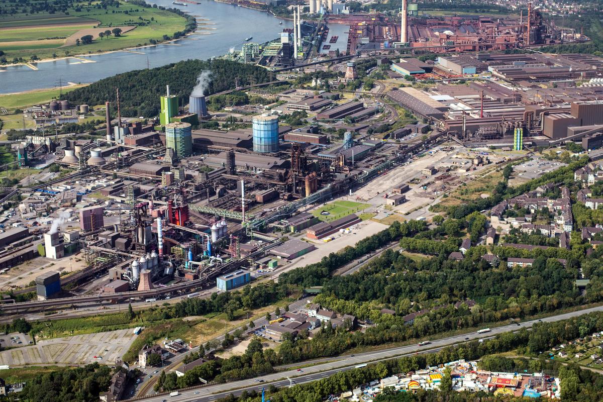 Das Bild zeigt eine Luftaufnahme des Thyssen Krupp Werks in Duisburg