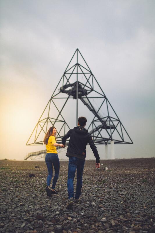 Das Bild zeigt zwei Personen vor dem Tetraeder in Bottrop