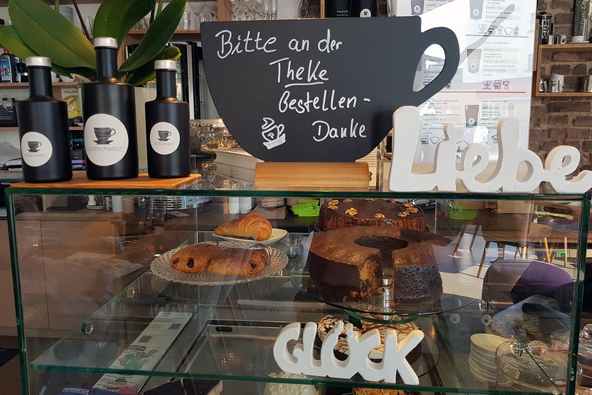 Das Foto zeigt die Kuchentheke im Café Pottschwarz in Mülheim an der Ruhr